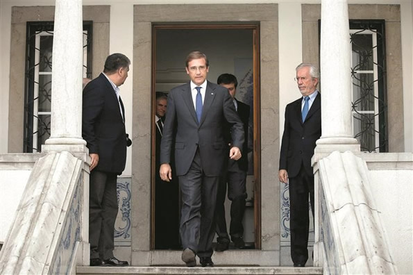 Pedro Passos Coelho exits the oficial residence of President Cavaco Silva.